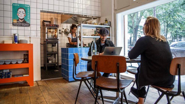 Oud-West heeft er een eigentijds lichtbruin buurthonk bij: Café Binnenvisser. Beeld Carly Wollaert