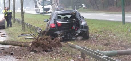 Peperdure Mercedes knalt tegen boom en lantaarnpaal in Rhenen