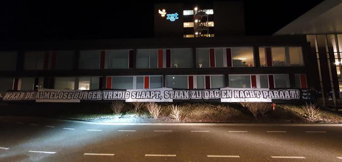 Supporters van Heracles Almelo hebben dinsdagavond laat een enorm spandoek opgehangen bij ziekenhuis ZGT in Almelo. Als steuntje in de rug voor het zorgpersoneel rond het coronavirus.