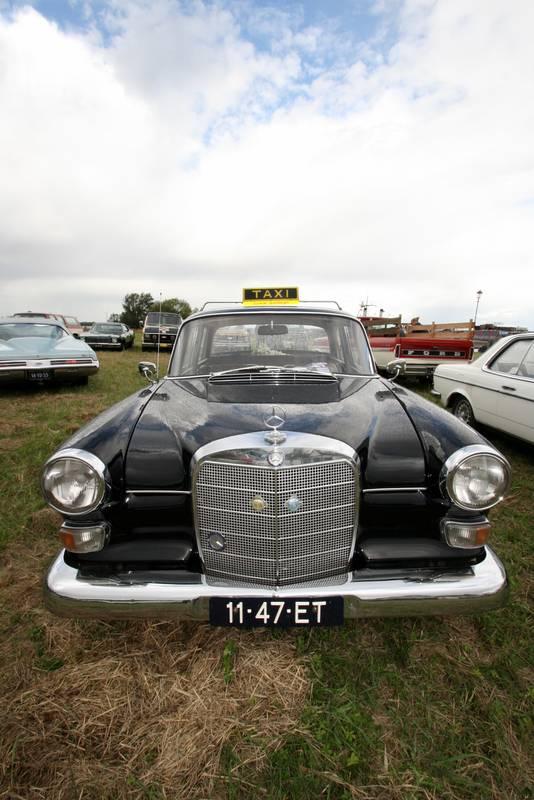 Een zwarte Mercedes is niet altijd een taxi. Deze wel.