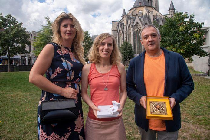 Creatieve Gentenaars met Van Eyck producten: Pearl De Buck (handtassen), Marie-Bénédicte de Schryver (juwelen) en choclatier Nicolas Vanaise.