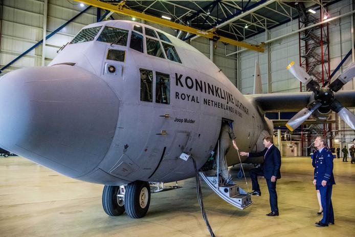 2018-04-13 14:22:58 EINDHOVEN - Koning Willem-Alexander bij een C-130 Hercules transportvliegtuig tijdens een werkbezoek aan vliegbasis Eindhoven. ANP ROYAL IMAGES ROBIN UTRECHT