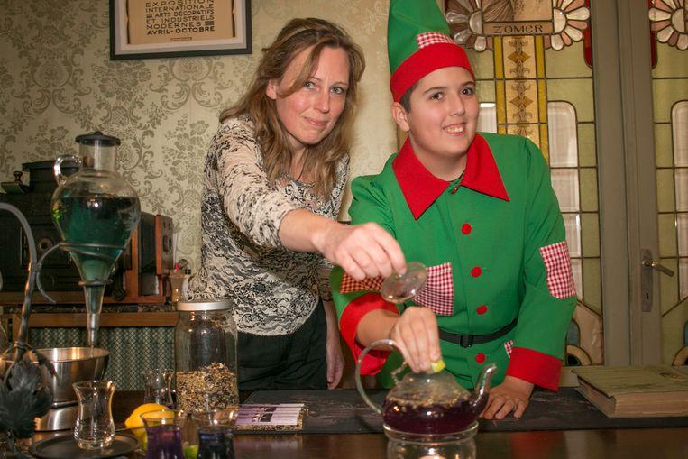 Els Spandel van het Sint-Niklase theehuis RELeaSe Tea met de elf Froppie uit Kerstmagie: van een blauwe thee met enkele druppels citroensap naar een paarse thee.