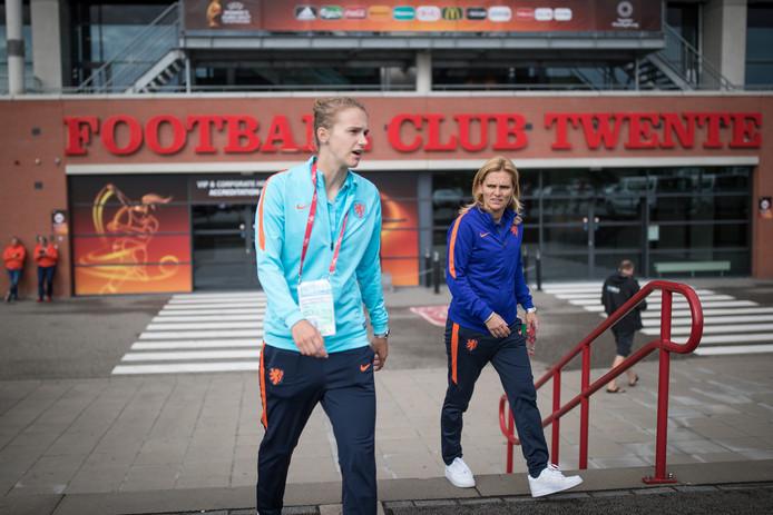 Vivianne Miedema en bondscoach Sarina Wiegman bij de Grolsch Veste in Enschede, waar vandaag om 17.00 uur de finale van het EK wordt gespeeld.