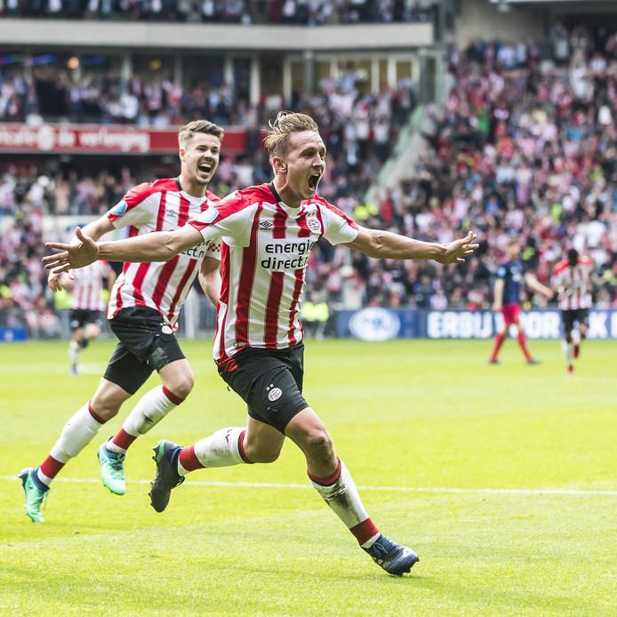 Luuk de Jong viert zijn 2-0.