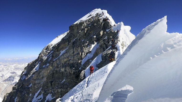 Voor het eerst sinds de lawine die vorige maand aan 16 sherpa's het leven kostte, heeft een klimmer vanuit Nepal de Mount Everest bedwongen.