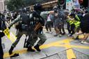 Actievoerders in Hongkong worden uiteengedreven.