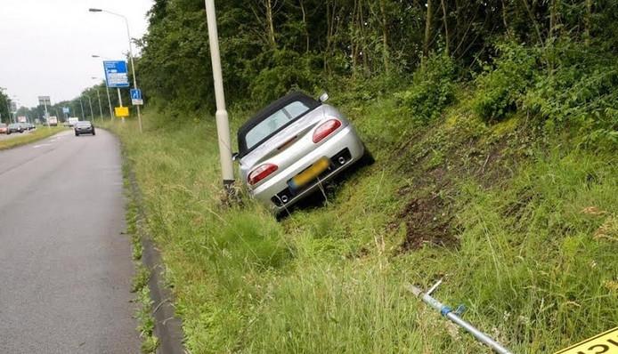 De auto eindigde schuin in de berm.