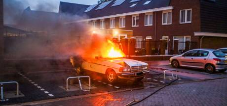 Oldtimer vat vlam in Helmond en brandt volledig uit