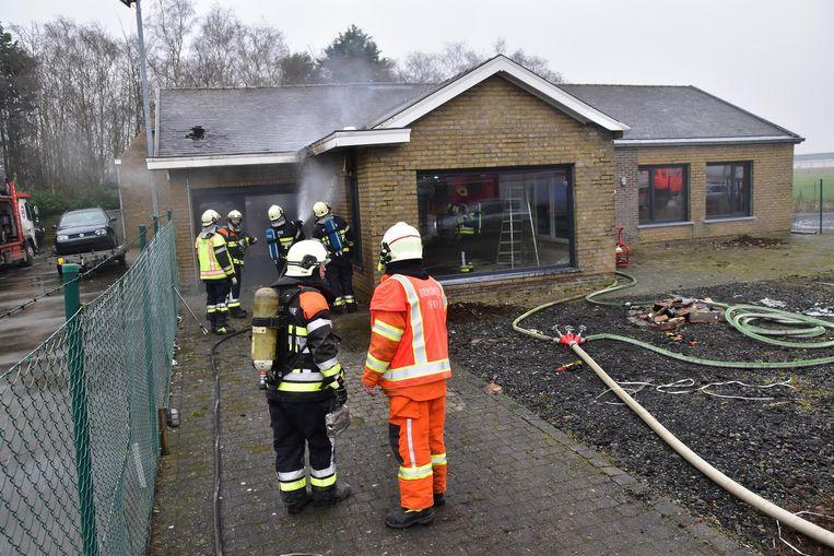 De brandweer krijgt de brand vrij snel onder controle.