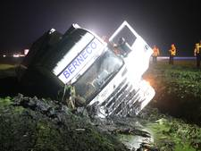 Vrachtwagenchauffeur valt in slaap en schiet van A28 sloot in