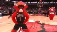 VIDEO. 57 punten Harden volstaan niet voor Houston, elders stal 'Benny the Bull' pas écht de show