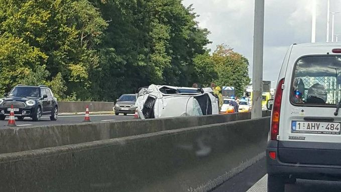 Wagen gaat over de kop: één gewonde