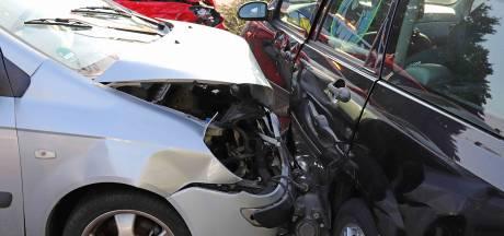 Geen gewonden bij botsing tussen drie auto's in Waalwijk