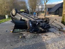 Auto over de kop in Ermelo, bestuurder naar ziekenhuis