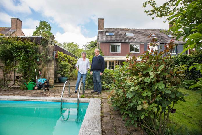 Jaap en Marja van der Willigen bij het zwembad van hun villa aan de Van Bommellaan.