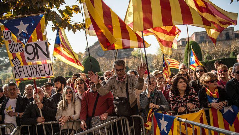 Voorstanders van onafhankelijkheid zwaaien met Catalaanse vlaggen voor het Catalaanse parlement in Barcelona. Beeld getty