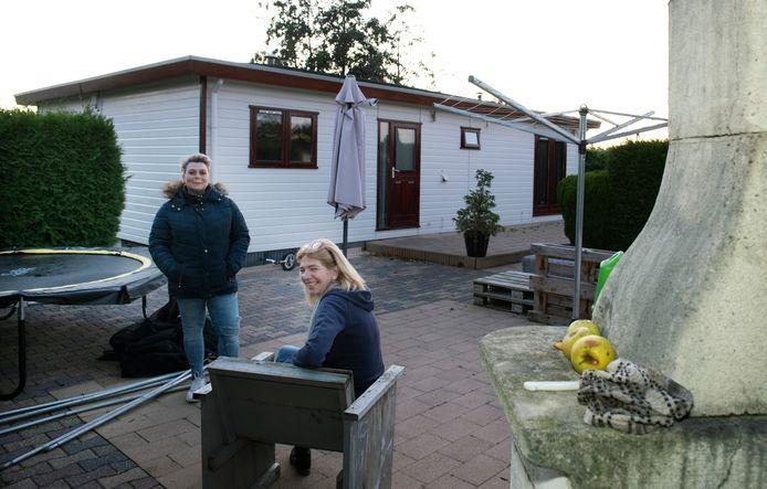 Linda de Beus en Patricia van Rooijen (rechts) bij het chalet van Van Rooijen.