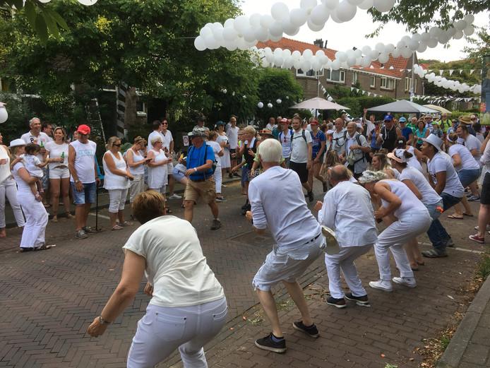 De Dommer van Poldersveldtweg in Nijmegen-Oost viert 'Witte Dommerdag' tijdens de doorkomst van de Vierdaagse.