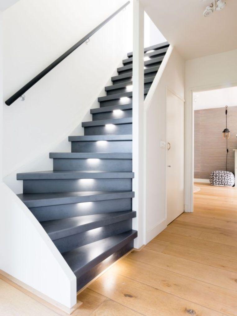 Bij traprenovatie wordt je oude trap opnieuw bekleed. Hiervoor zijn er verschillende materialen op de markt beschikbaar: laminaat, hout, PVC, kurk, linoleum, ...