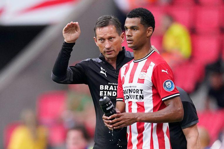 De nieuwe PSV-trainer Roger Schmidt legt Cody Gakpo uit wat hij van hem verwacht, in het oefenduel met Vitesse (1-1).  Beeld BSR Agency
