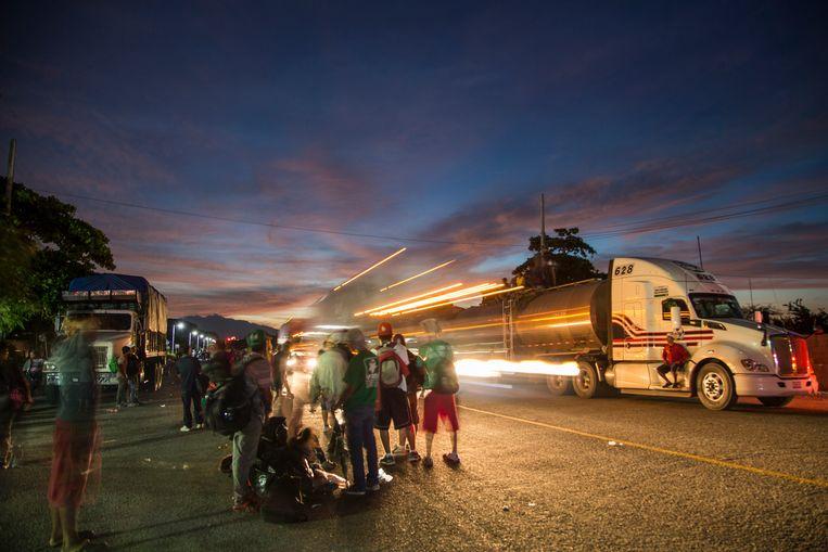 In Santiago Niltepec (Mexico) wachten migranten uit Midden-Amerika op een lift van een lege truck. Beeld Getty