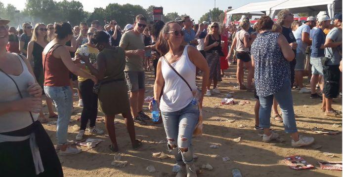 Dansen op de muziek van Ilse DeLange op het ASM-festival, flesje water bij de hand