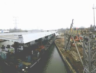 Nieuwe Albertkanaal-brug gedeeltelijk geplaatst na mankement aan hijskraan: 'Volgend weekend wordt het tweede deel van de brug geïnstalleerd'