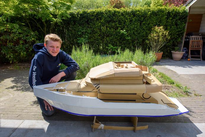 Feico Huysinga heeft een kartonnen jacht gebouwd.