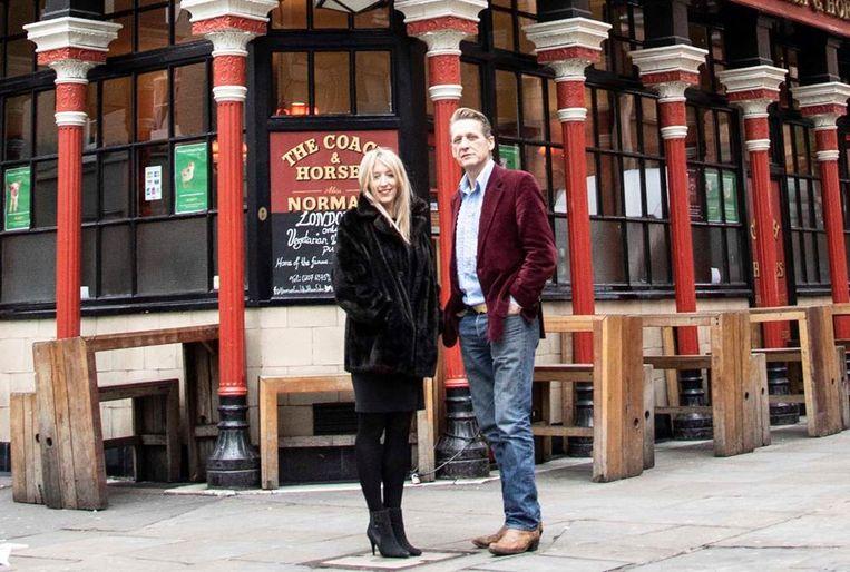 Alastair en Hollie Choat voor hun pub in de Londense wijk Soho.