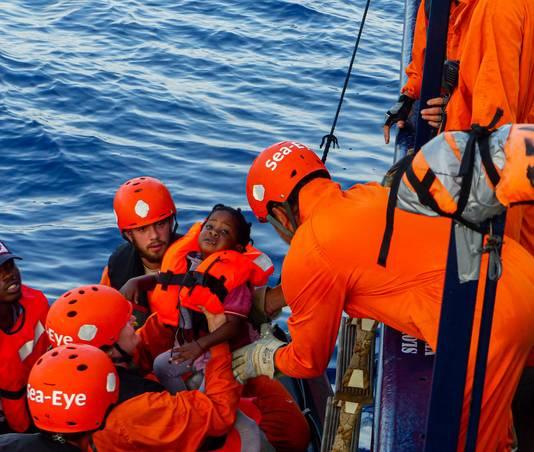 Een kind wordt een reddingsschip in geholpen.