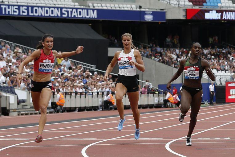 Dafne Schippers (midden) finisht als zevende in 22,42. Links de Amerikaanse winnares Jenna Prandini (22,16), rechts de Britse Dina Asher-Smith (vierde in 22,22).  Beeld AFP