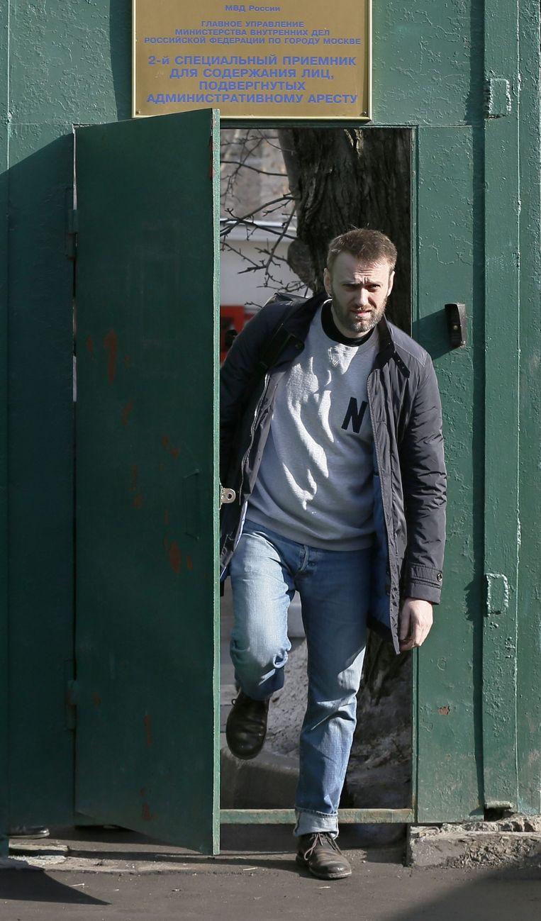 Navalny loopt het detentiecentrum uit. Beeld epa