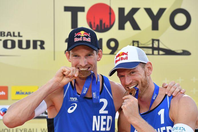 Robert Meeuwsen (links) en Alexander Brouwer na een wedstrijd op een toernooi in Tokyo.
