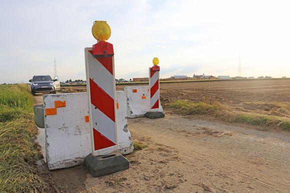 Geen doorkomen aan. De gemeente Londerzeel sluit de toegangswegen tussen haar gemeente en het festivalterrein af met betonblokken.