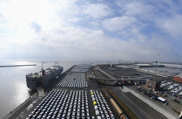 Auto's van Volkswagen wachten tot ze een vrachtschip op kunnen in Emden, Duitsland. Beeld null