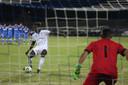 Myenty Abena benut zijn strafschop tijdens de uiteindelijk verloren penaltyreeks.