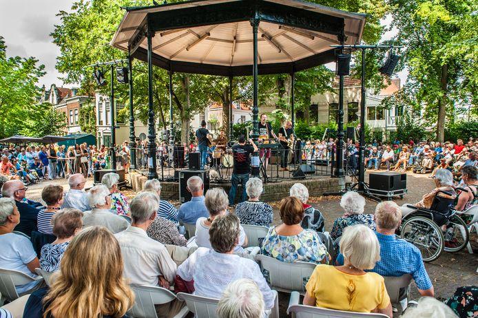 De Jan Rot Band speelt in het Goudse Houtmansplantsoen.