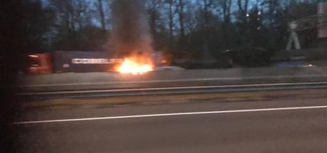 Brandende Vrachtwagen op A27 bij Utrecht zorgt voor lange files