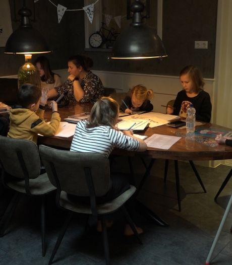Moeder Jelies heeft zware klus om huis vol kinderen aan de schoolarbeid te houden