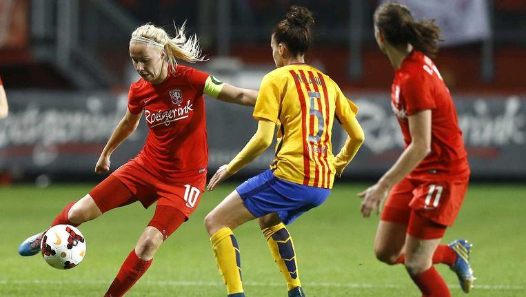 FC Twente-speelster Maayke Heuver (L) in duel met Barcelona-speelster Serrano Perez (M). Beeld anp
