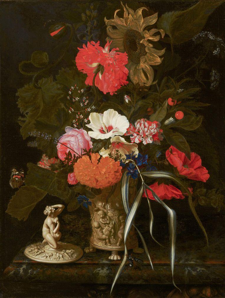 Maria van Oosterwyck, van wie de naam weinig mensen nu wat zegt, rekende in de 17de eeuw Lodewijk XIV van Frankrijk en keizer Leopold I van Oostenrijk tot haar klanten, en kon van de opbrengst van haar werk een grachtenpand in Amsterdam kopen.  Dit werk van het Mauritshuis, Bloemen in een versierde vaas, (c. 1670 - 1675) hangt in Galerij Willem V in Den Haag. Beeld Bob Strik / Mauritshuis, Den Haag