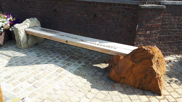 Vorige week werd door de stadsdiensten een zitbank en een krabpaal geplaatst op het Kruiswaterplein in Sint-Goriks-Oudenhove.