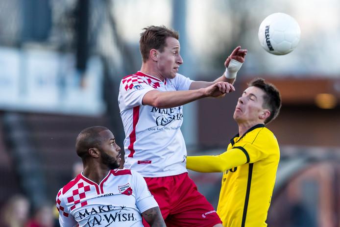 FC Lienden-speler Jop van Steen (rechts) komt te laat in de wedstrijd tegen Kozakken Boys.