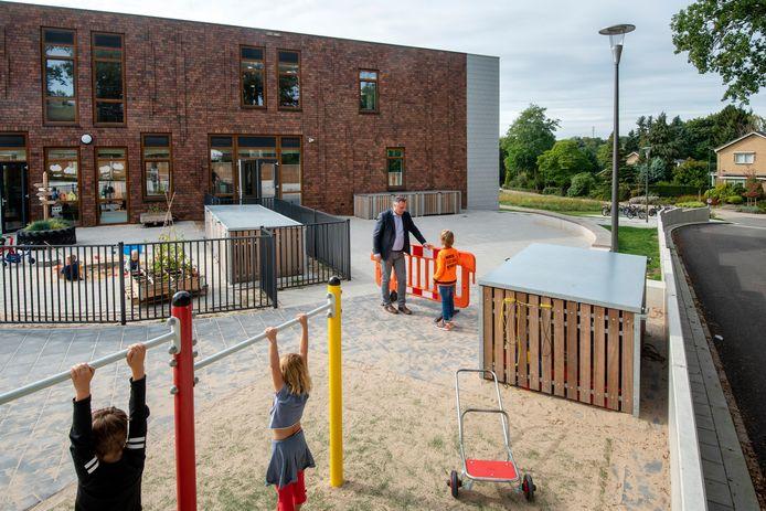 Archiefbeeld van het schoolplein van de nieuwe Dorpsschool in Rozendaal.