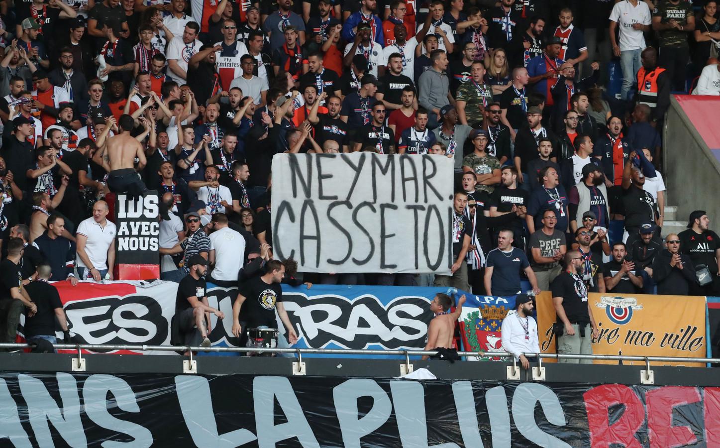 De spandoeken tijdens het duel tussen PSG en Nimes waarin Neymar vriendelijk wordt verzocht te vertrekken