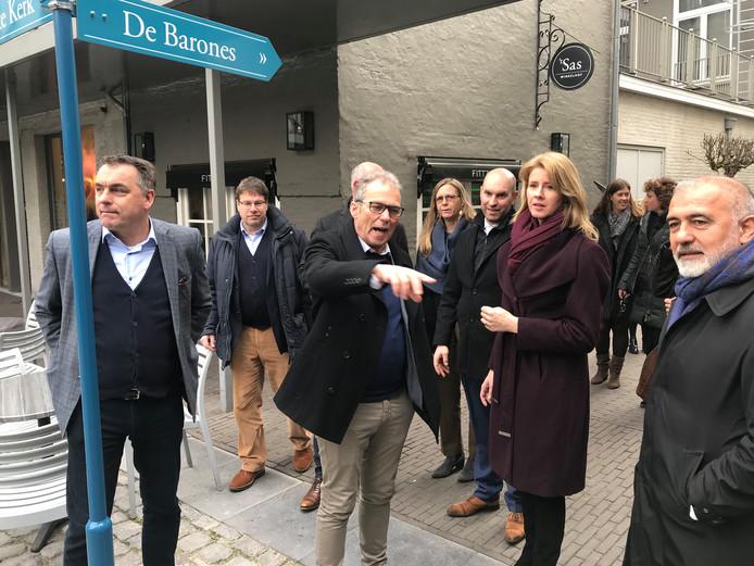 Staatssecretaris Mona Keijzer (Economische Zaken en Klimaat, CDA) laat zich bijpraten door projectontwikkelaar René Maas over de ontwikkeling van 't Sas in Breda. Links ondernemer Gaston Creemers, links van Keijzer wethouder Boaz Adank (VVD).