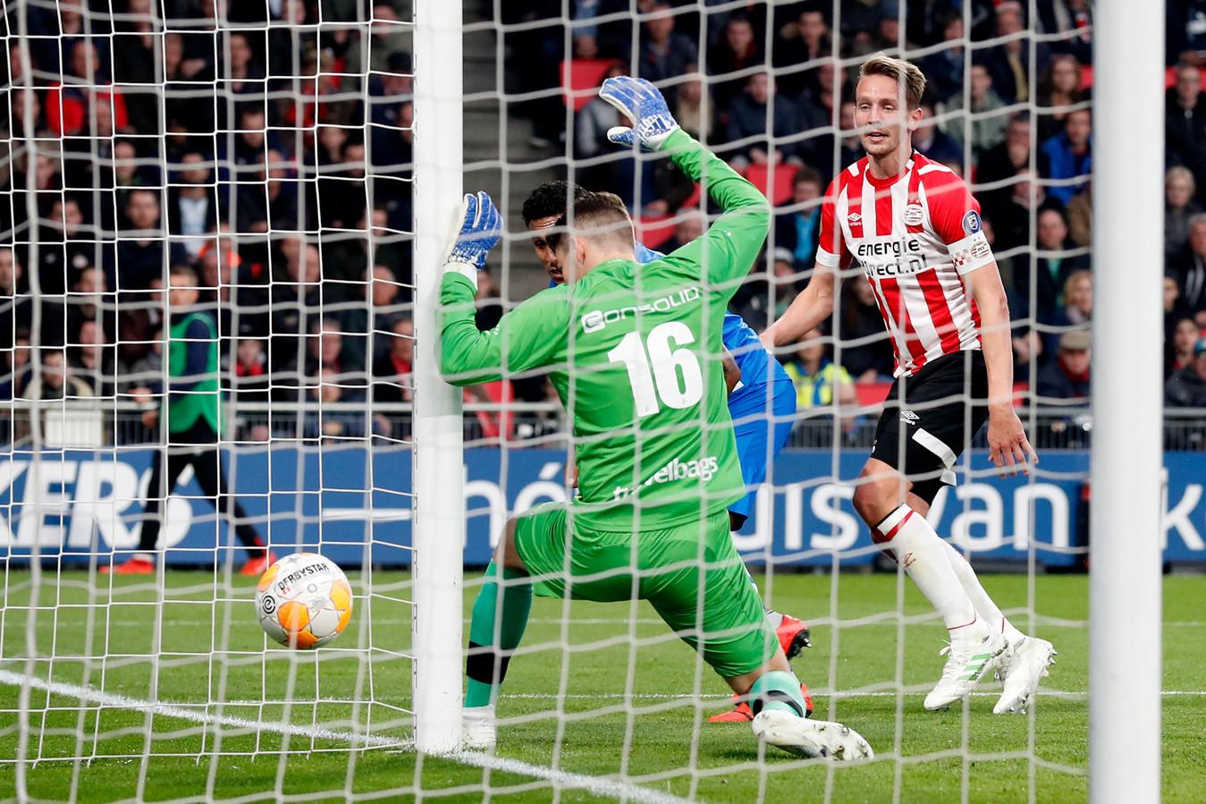 Luuk de Jong scoort tegen PEC. De aanvaller van PSV werd met 28 doelpunten gedeeld topscorer in de doelpuntrijke eredivisie.