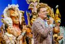 De cast van de hitmusical The Lion King wordt toegesproken door producent Albert Verlinde na afloop van de allerlaatste voorstelling.