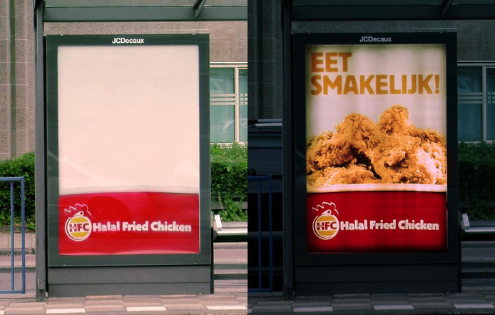 Reclameborden voor Halal Fried Chicken ter illustratie.